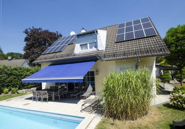 Das kommt dabei heraus, wenn ein Manger der vernetzten Energiebranche sein Thema lebt: Das Haus von Beegy-Chef Dr. Christian Feißt erzeugt 200% seines Energiebedarfes über ein Solardach und ein Mikro-Blockheizkraftwerk selbst.